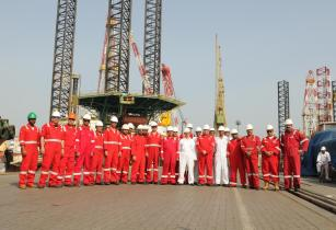 Drydocks World and NDC teams in front of jack-up rig Al Ittihad - EDIT